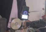 غزة... الكفيف محمود يبتكر جهازاً بديلاً عن الكهرباء