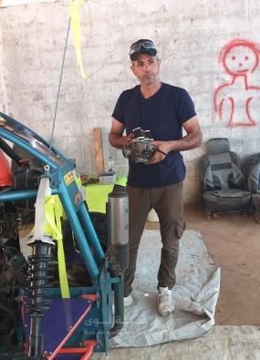 """فتحي أبو غرابة يصنع سيارة سباق من """"خردة"""" قطاع غزة"""