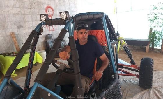 """غزة تهزم حصارها بسيارة سباق صنَعَها """"فتحي"""""""